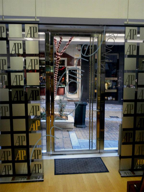 Inox πόρτα από το εσωτερικό του καταστήματος