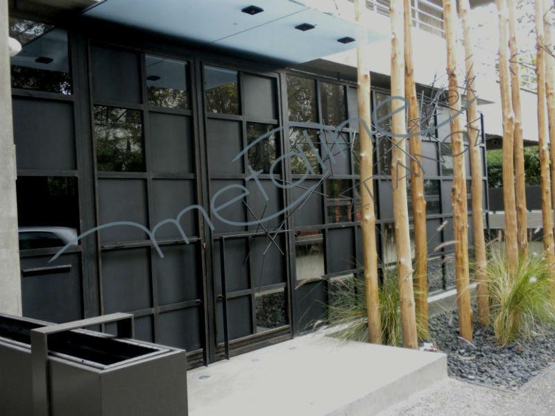 Μεταλλική πόρτα - Γλυπτό και σιντριβάνι