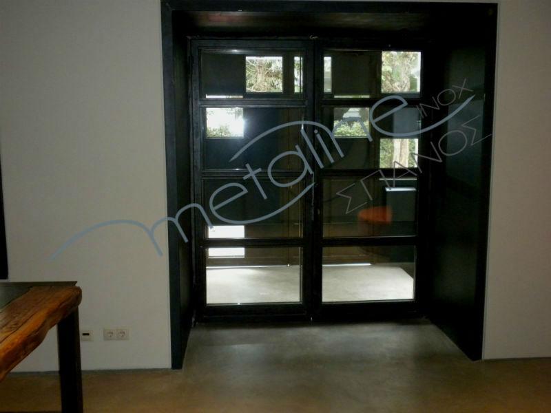 Εσωτερική όψη μεταλλικής πόρτας με κρύσταλλο